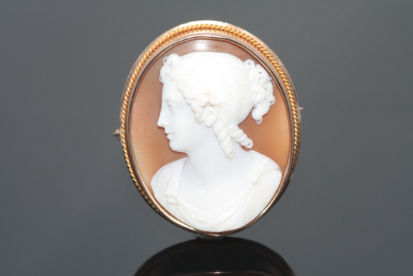 Antique Victorian High Quality Large 14K Left Facing Cameo Brooch