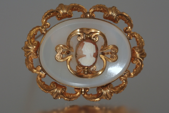 Antique Victorian Gilt & Agate Cameo Brooch